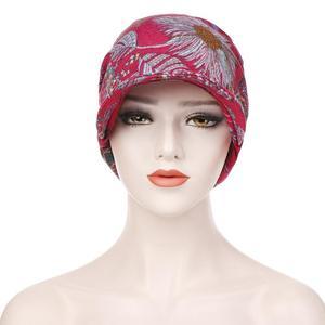 Image 4 - Moda müslüman kadınlar baskı pamuk şapka kasketleri başörtüsü saç dökülmesi kemo başörtüsü sarar Visor kalın kap bere türban şapkalar