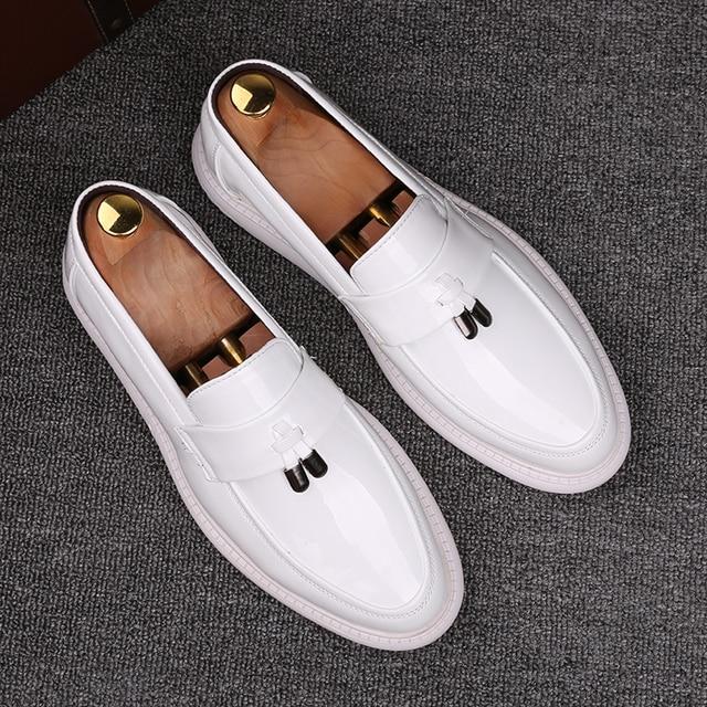 الرجال الأبيض أحذية من الجلد الانزلاق على الموضة الذكور الرسمي أحذية خفيفة بدون كعب الشقق المعادن حذاء كاجوال للرجل mocassin أوم