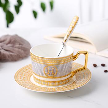 Europejska wysokiej jakości porcelanowa filiżanka do kawy kubki na herbatę i zestaw z filiżanką i spodkiem domowa ceramika popołudniowa herbata kubek wysłać łyżkę tanie i dobre opinie Bone china Dwuczęściowy zestaw COFF-016 200ml as show in picture Logistics packaging coffee tea cup Glossy Glaze Gold Painting