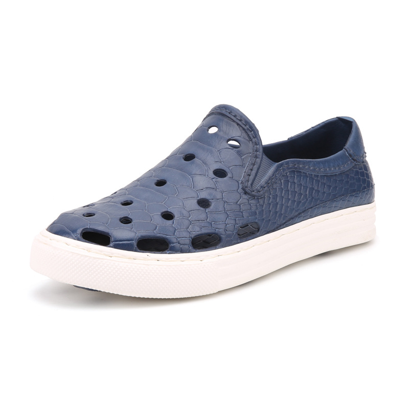 In summer 2018, the new cool towing mens beach hole shoes man breathable and anti-skid casual sandal.