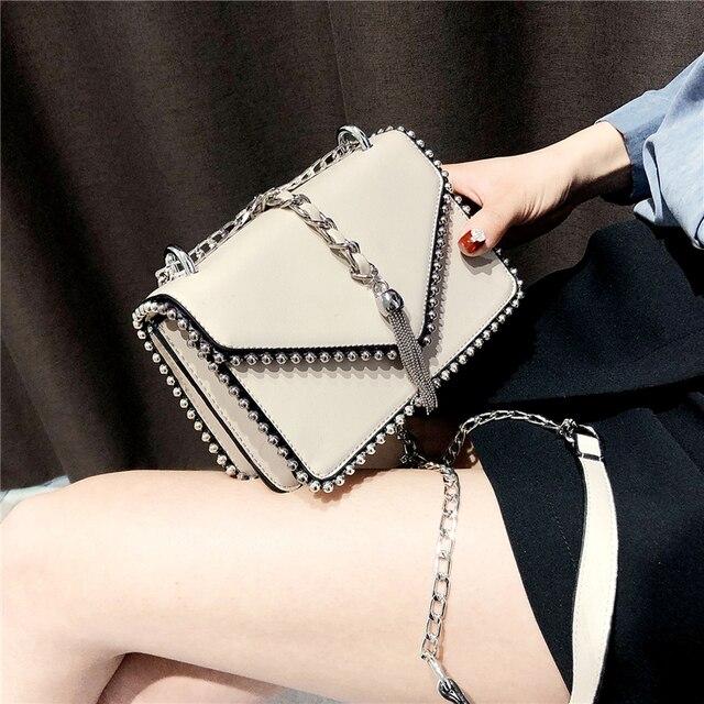 Britânico de Moda Simples Quadrado Pequeno saco Bolsa das Mulheres Designer de 2018 de Alta Qualidade PU de couro Rebite Cadeia de Borla sacos de Ombro