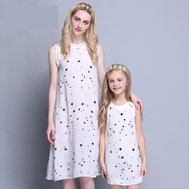 wholesales Summer family look mom kids beach dress mother daughter match clothes infant children girl star print two-piece dress summer children clothes princess flower print kids beach dress infant formal birthday party girl white dress family match outfit