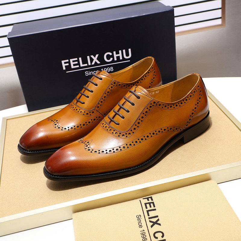 2019 Retro Style Genuine Leather Brogue Shoes Men Breathable Lace Up Pointed Toe Formal Dress Shoes