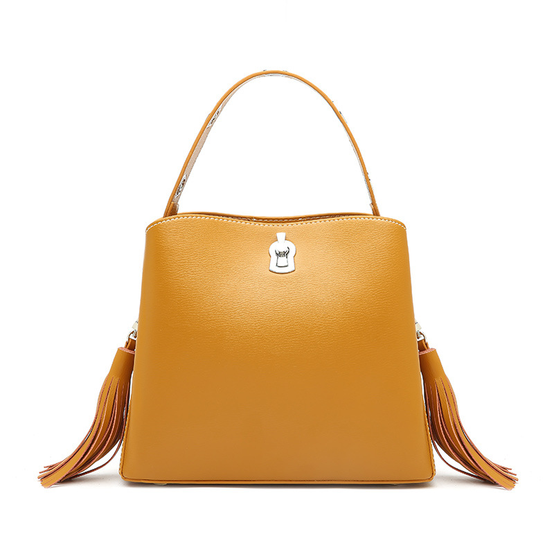 New European and American style tassel large capacity bucket bag Womens leather bucket type lock buckle shoulder bagNew European and American style tassel large capacity bucket bag Womens leather bucket type lock buckle shoulder bag