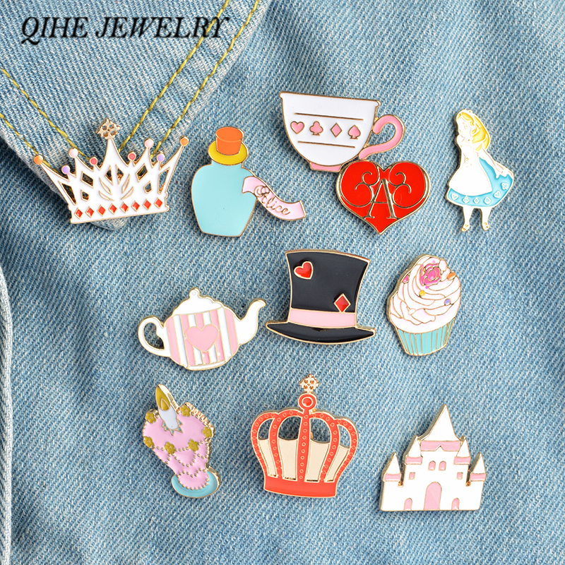 QIHE JEWELRY 14pcs / set Alice in Wonderland Pin Broche Palace Crown Tekande Cup Hat Emalje Badge Søde Pige Smykker