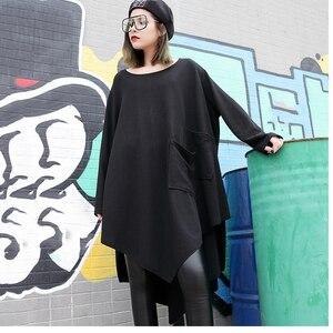 Image 2 - [EAM] 2020 جديد أسود فضفاض غير النظامية فستان س الرقبة كامل كم من جانب واحد ثنائي الجيوب الربيع الشتاء النساء المد الموضة JH484
