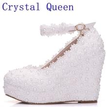 Кристалл Queen белые свадебные туфли на танкетке Насосы сладкий белый цветок Кружево жемчуг Туфли-лодочки на платформе невесты платье высокий каблук