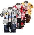 2016 мальчики одежда наборы мальчика мило джинсовая одежда наборы мультфильм медведь в автомобиле 3-части костюм набор куртка + футболка + брюки