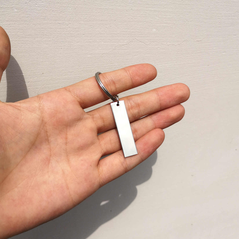 4 สีแกะสลักที่กำหนดเองพวงกุญแจสแตนเลสตัวอักษรโลโก้พวงกุญแจคู่ครอบครัวเพื่อนส่วนบุคคลของขวัญ