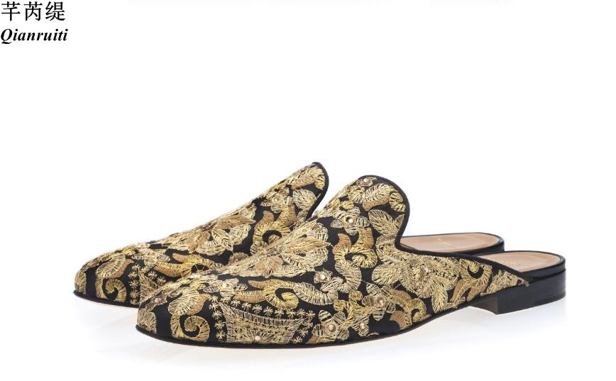 Qianruiti 패션 남성 캐주얼 신발 골드 수 놓은 플랫 크리스탈 스터드 뮬 하프 슈즈 벨기에 슬리퍼 남성 로퍼-에서남성용 캐주얼 신발부터 신발 의  그룹 1