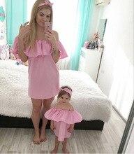 Одинаковая одежда для семьи модные с открытыми плечами платья для мамы и дочки летом прохладно мама для новорожденных девочек платье Повседневное семейная одежда