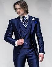 Темно синие приталенные смокинги для жениха с лацканами на одной