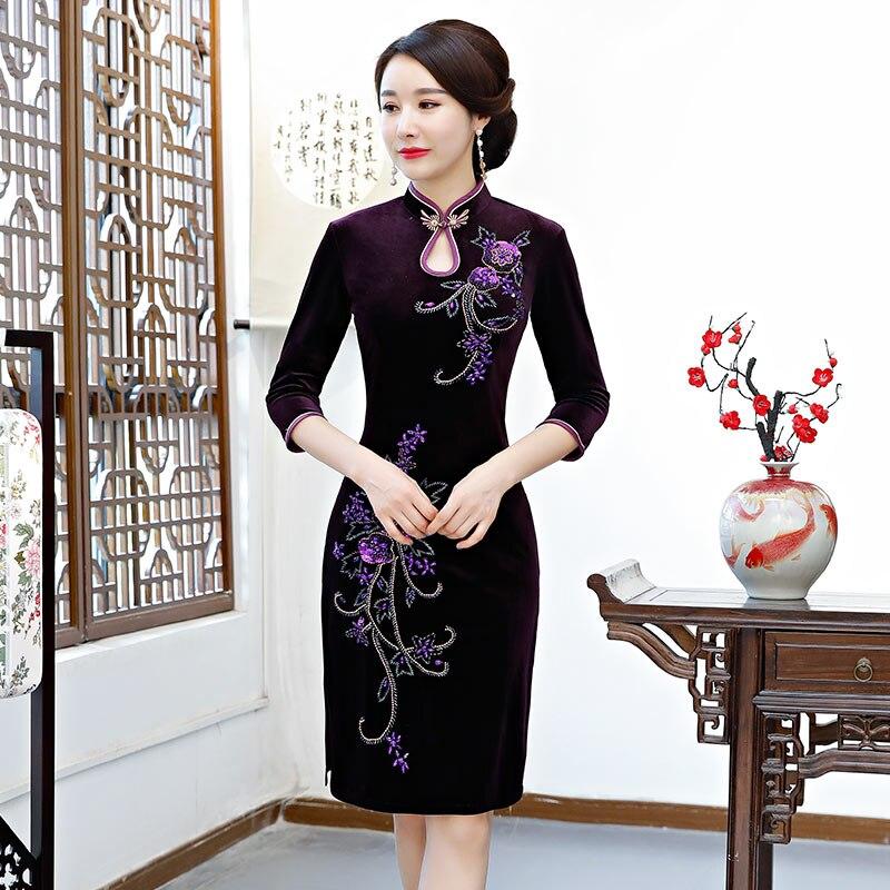 Kadın Giyim'ten Elbiseler'de 2018 Diz Boyu Kadife Cheongsam Vintage Çin tarzı El Yapımı Boncuk Elbise Moda Bayan Qipao Ince Parti Elbiseler Vestido'da  Grup 1