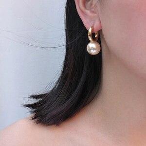 Image 2 - Pendientes colgantes de perlas grandes y redondos para mujer, joyería de diseño, aretes colgantes de oro de alta calidad para mujer, bisutería de marca elegante de lujo