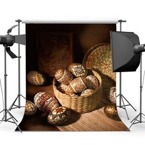 Image 1 - Joyeux oeufs de pâques toile de fond sombre chapeau de paille panier cadre de sculpture ancienne grange intérieur printemps Frohe Ostern photographie fond