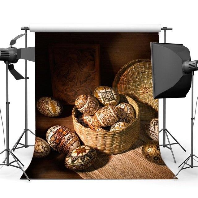 Joyeux oeufs de pâques toile de fond sombre chapeau de paille panier cadre de sculpture ancienne grange intérieur printemps Frohe Ostern photographie fond