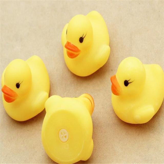 10 pçs/set Frete Grátis Miúdo Bonito Banho Do Bebê Patos De Borracha Crianças Squeaky Ducky Brinquedo para Brincar na Água