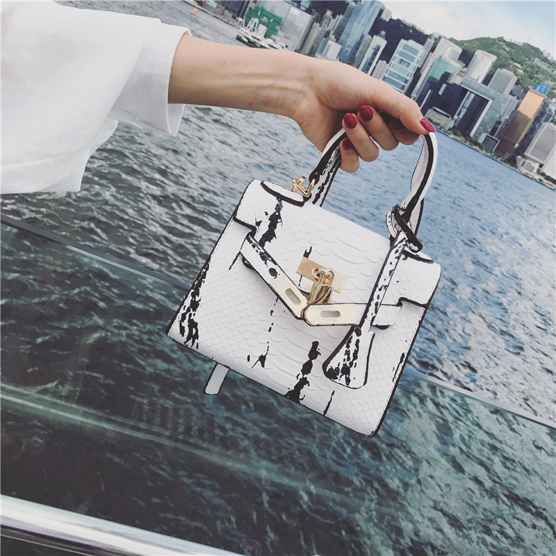 2018 New Python Pattern Platinum Shoulder Bags Magazine Contrast Color Matching Portable Locking Bags women handbag active contrast color letter pattern jackets in dark blue
