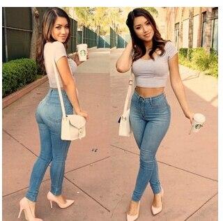 Femme en jeans moulant photo