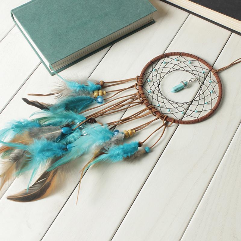 Attrapeur de rêves plumes, cordes de velours, perles de bois, turquoise, mis en scène