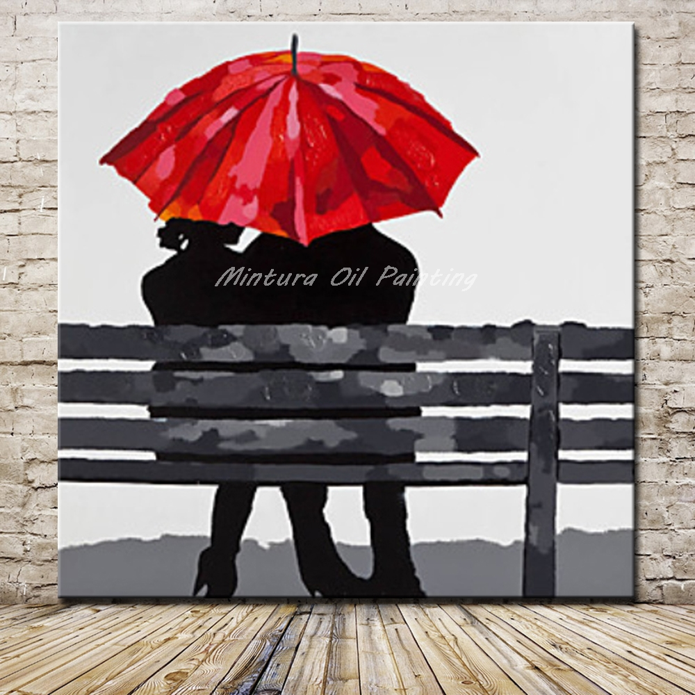 amoureux assis sur un banc sous un parapluie rouge