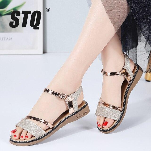 STQ Sandalias planas de goma para mujer, zapatos de tacón bajo para playa, estilo Gladiador, color negro y dorado, YY366, 2020