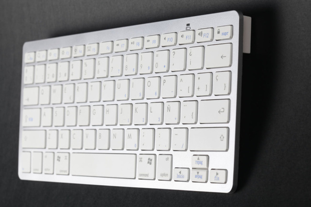 Spanish Bluetooth Keyboard! 2.4G 10m Bluetooth Wireless Keyboard Support for Windows/IPAD,IPHONE System,Free Shipping