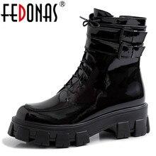 FEDONAS/2020 г. Зимние теплые женские ботильоны из лакированной кожи в стиле панк короткие ботинки на шнуровке с пряжкой женская обувь для ночного клуба