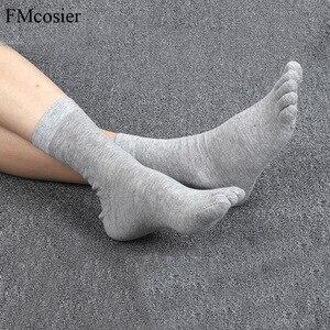 Image 2 - 10 Pairs Frühling Sommer Hohe Qualität Lustige Baumwolle 5 Finger Kappe Kleid Socken für Männer Sokken Socken Schwarz Weiß 39 40 42