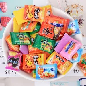 Image 1 - Mini brinquedos de brinquedo para bonecas, brinquedos fofos de miniatura para brincadeiras de cozinha, resina instantânea de macarrão para bonecas e brinquedos de cozinha com 10 pçs/lote