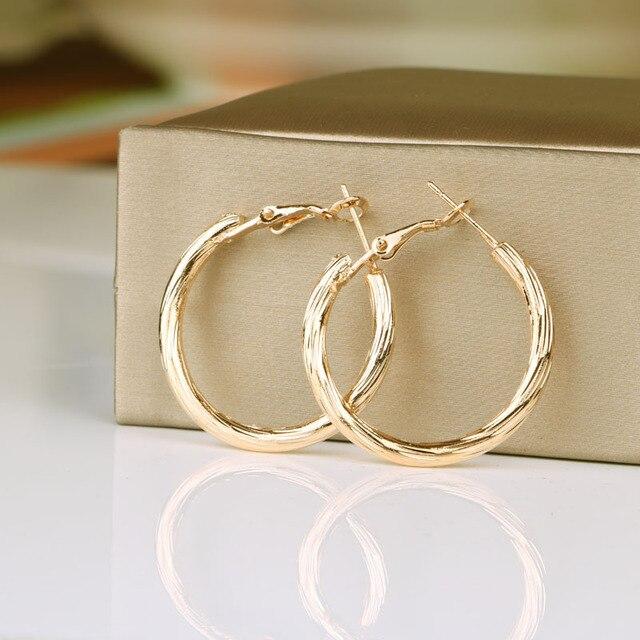 Hgflyxu Altın Gümüş Renk Yuvarlak Küçük Hoop Küpe Kadınlar için Alaşım Moda Takı toptan Küpe Kadın Aksesuarları