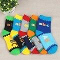 Menino meias 5 pares/Primavera 2016 letras DO ABC padrão meias absorventes respiráveis Duantong crianças 2-6 anos de idade menina meias