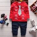 Британский стиль мальчик одежда устанавливает 2016 новая весна новорожденного костюмы 2 шт. с длинным рукавом пуловер куртка с галстуком + клетчатые брюки