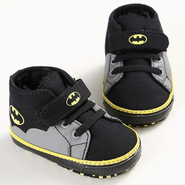 Romirus для новорожденных Детские обувь для новорожденных мультфильм Бэтмен мода на шнуровке для маленьких девочек и мальчиков Дети Первые ходунки мягкая подошва кроссовки
