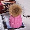 2016 Mulheres Casuais Malha Chapéus para O Inverno com 13 CM Guaxinim Bola de pêlo de Fios Acrílicos Sólidos Cap Elástica Quente Russa Cap Gorros