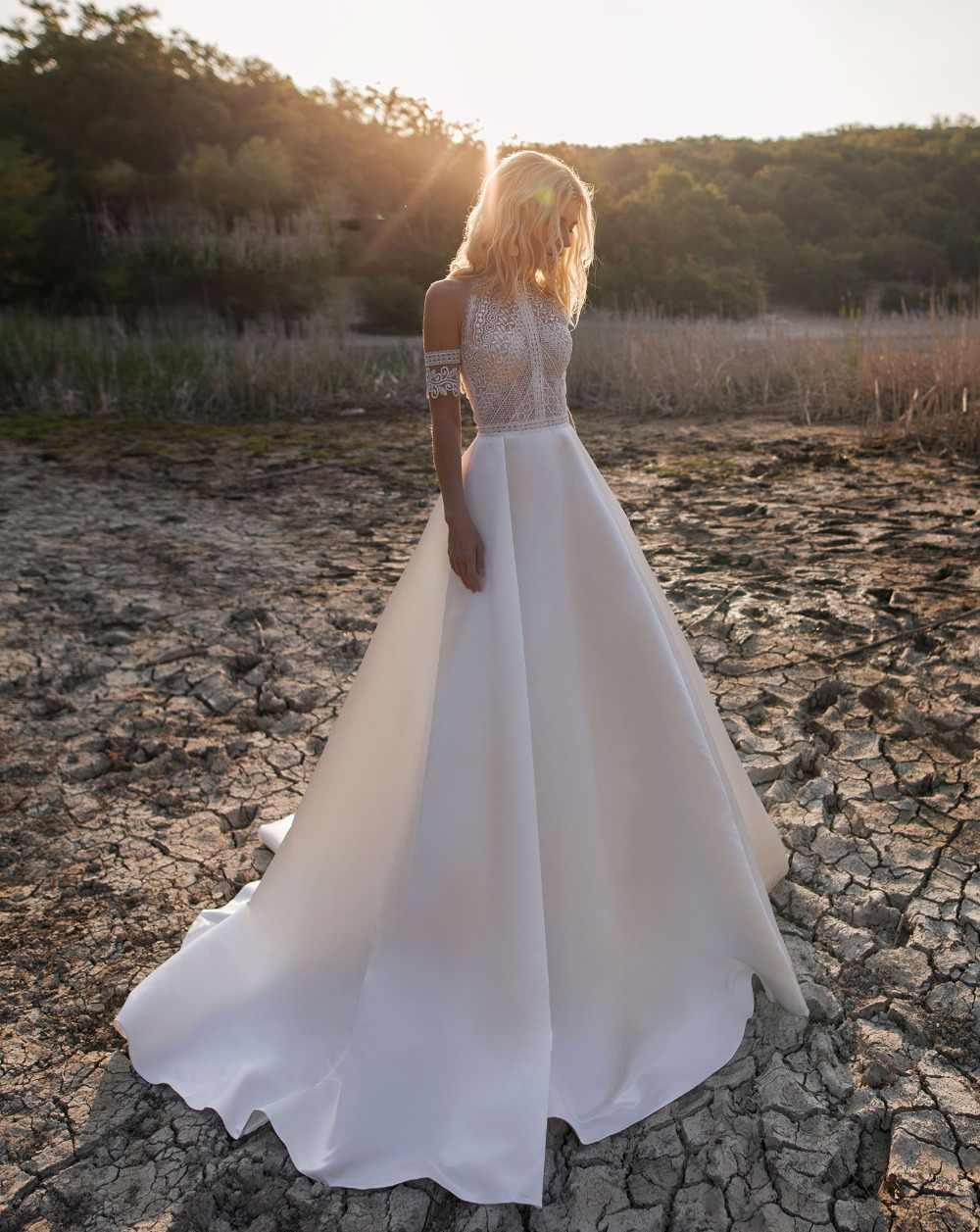 2019 בוהמי חתונת שמלות תכשיט תחרה סאטן כלה שמלות כפתור חזרה חוף אונליין חתונת שמלת חלוק דה Mariee