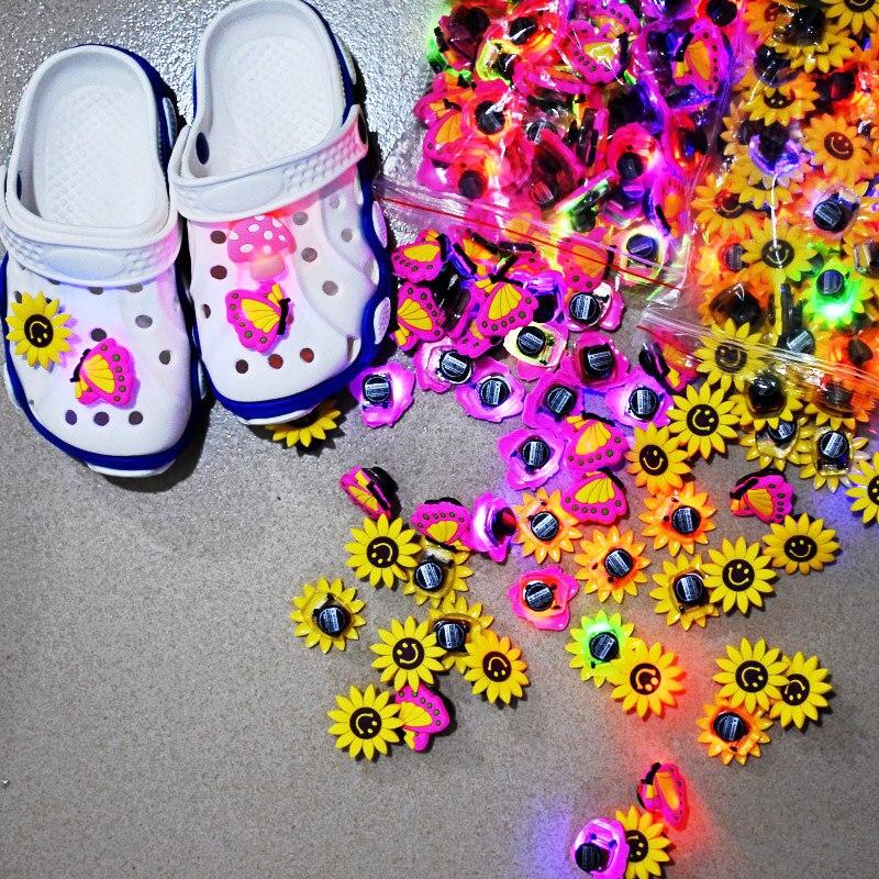 1000 pièces/ensemble doux LED Croc charmes bande dessinée toutes sortes différents boutons imprimés accessoire ajustement sandales trou éclairage chaussure ornements