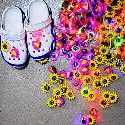1000 stücke Weiche LED Croc Charme Cartoon Alle Arten Verschiedenen Gedruckt Tasten Zubehör Fit Sandalen Loch Beleuchtung Schuh Ornamente