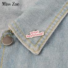 Que namorado? Esmalte pino letras emblema broche lapela pino denim jeans camisa saco moda engraçado jóias presente para amigos meninas