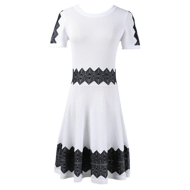 Avec le nouveau printemps 2019 dans les vêtements pour femmes col à manches courtes évider frapper scène géométrie longue robe tricotée