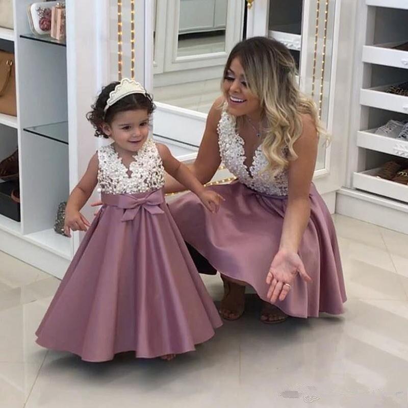 Perles dentelle Applique fleur fille robe mode a-ligne Satin mère et fille robe Mini bébé robes col en v sans manches première