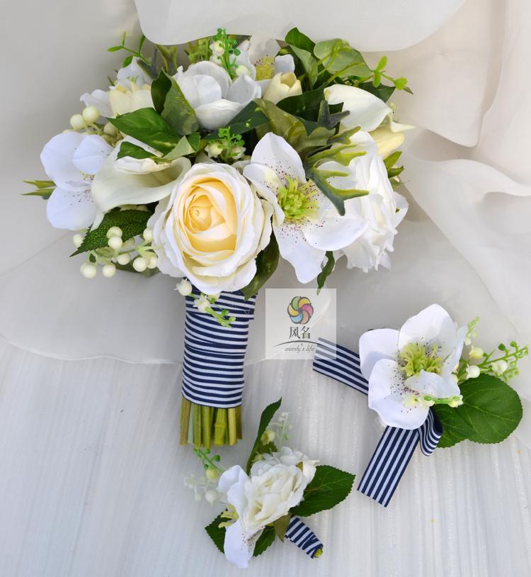 Main en argent blanc lotus tulipe rose bleu marine fleur tenant bouquet accessoires de photographie de mariage mariée tenant la fleur