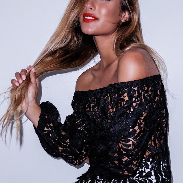 2017 Nuevas Mujeres de La Manera Ahueca Hacia Fuera el Color Sólido Sexy Tops de Cuello Slash Hombro Clubwear Del Cordón Camisetas Feminina Camiseta