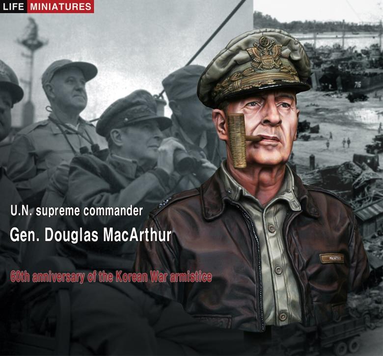 Le général Douglas MacArthur, commandant suprême de l'ONU