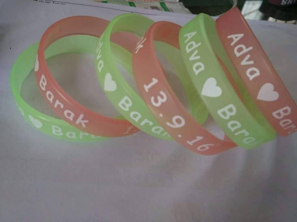 YERLLSOM 100PCS lot Custom Print Text Logo Green Wristband Glow Green Rubber Silicone Wristband For Events