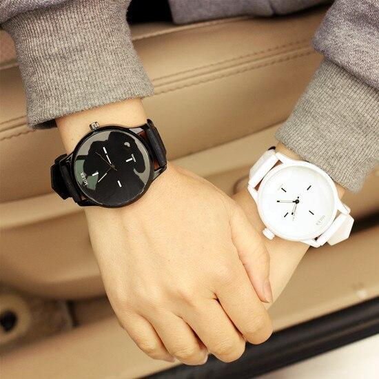 Подарили белые круглые ручные часы