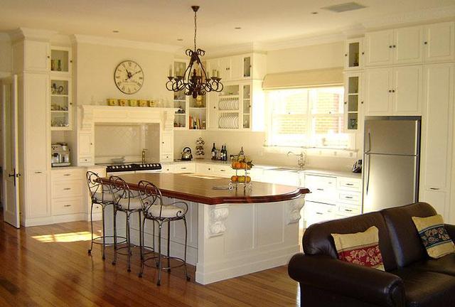 estilo europeo gabinetes de cocina de roble con columna romana y estante para platos