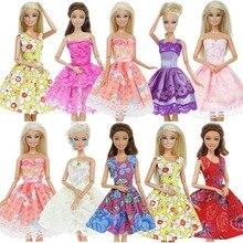 2b9e017f9456a Moda 5 Pcs Karışık Tarzı Kıyafetler Renkli Düğün Parti Elbisesi T-shirt  Pantolon Aksesuarları Elbise barbie bebek için DIY Hediy.