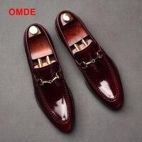 OMDE Мужская модельная обувь Британский Стиль Для мужчин Slip на обувь мода Лакированная кожа Мокасины итальянский Для мужчин выпускного вечер