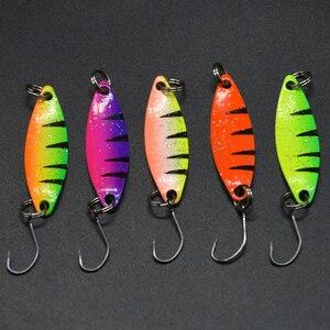 Image 2 - WLDSLURE 5 pz/lotto richiamo di pesca cucchiaio colorato esca 2g cucchiaio di metallo richiamo di pesca per trota gancio singolo
